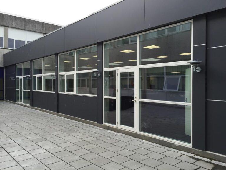 glas facade med nye døre og vinduer