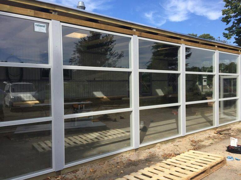 nye glas døre og vinduer i sat med godt håndværk